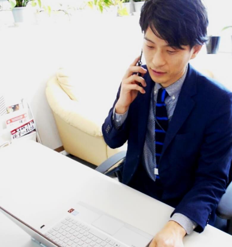 営業電話に対応している従業員